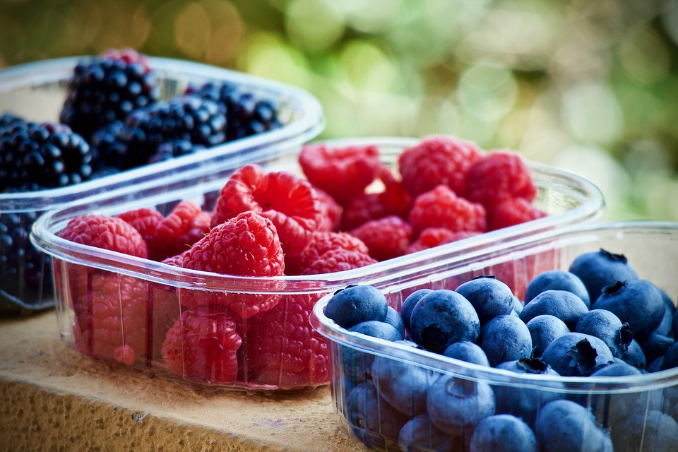 Blueberries, raspberries and currants, excellent choice for a meal plan for people on the move